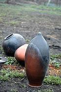 Drei aus der Asche des Grubenbrandes ausgegrabene Vasen