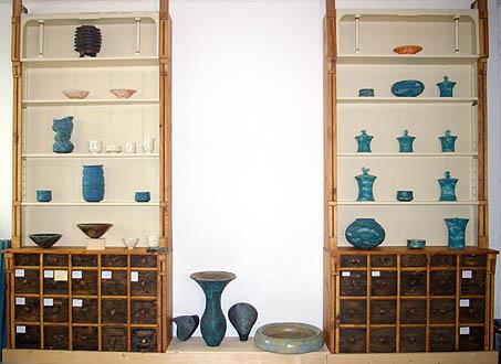 Atelierausschnitt mit Apothekerschrank und diversen Keramikarbeiten