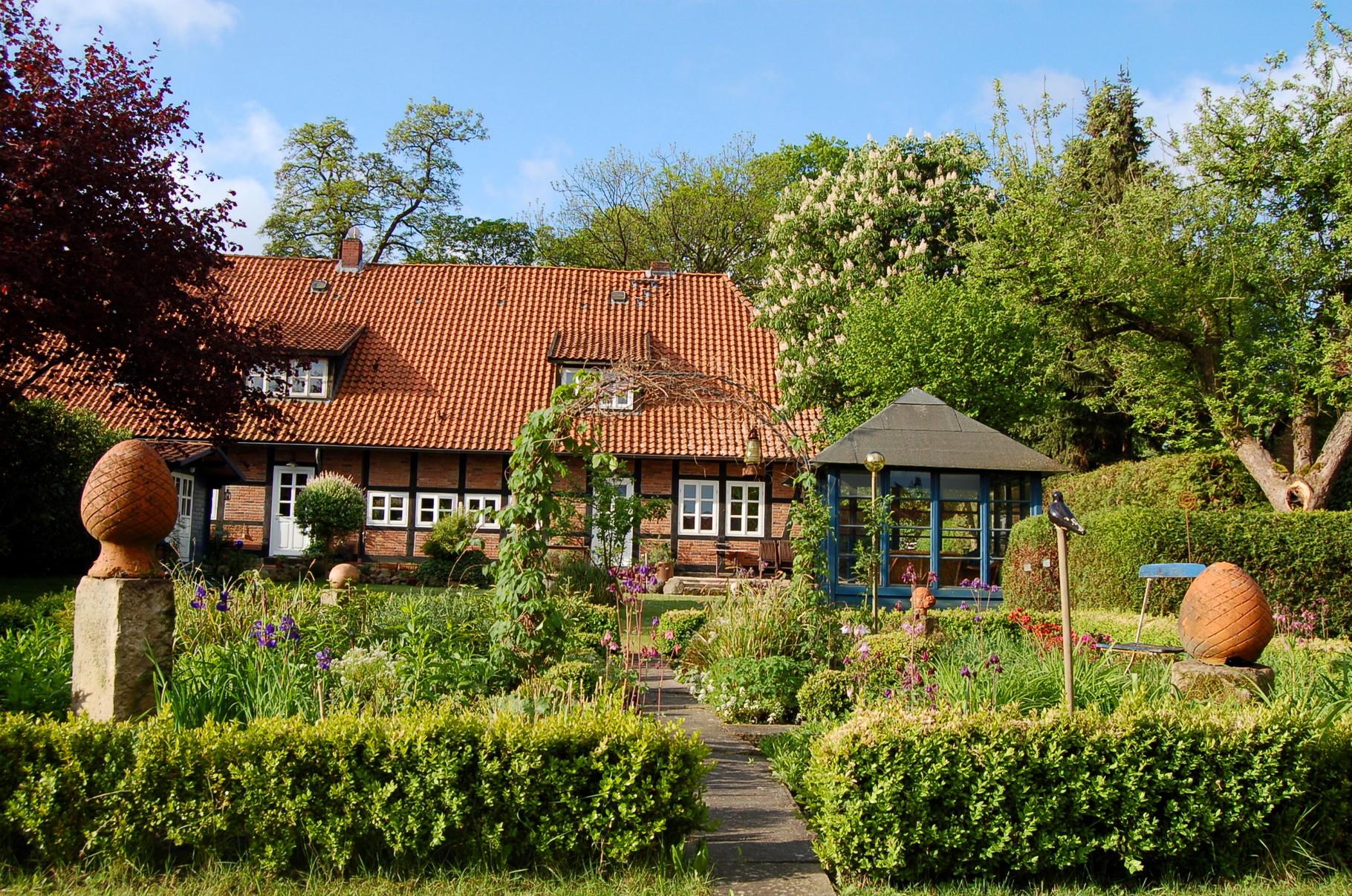 Pfarrscheune Hagen, Garten, Blick auf das Haus