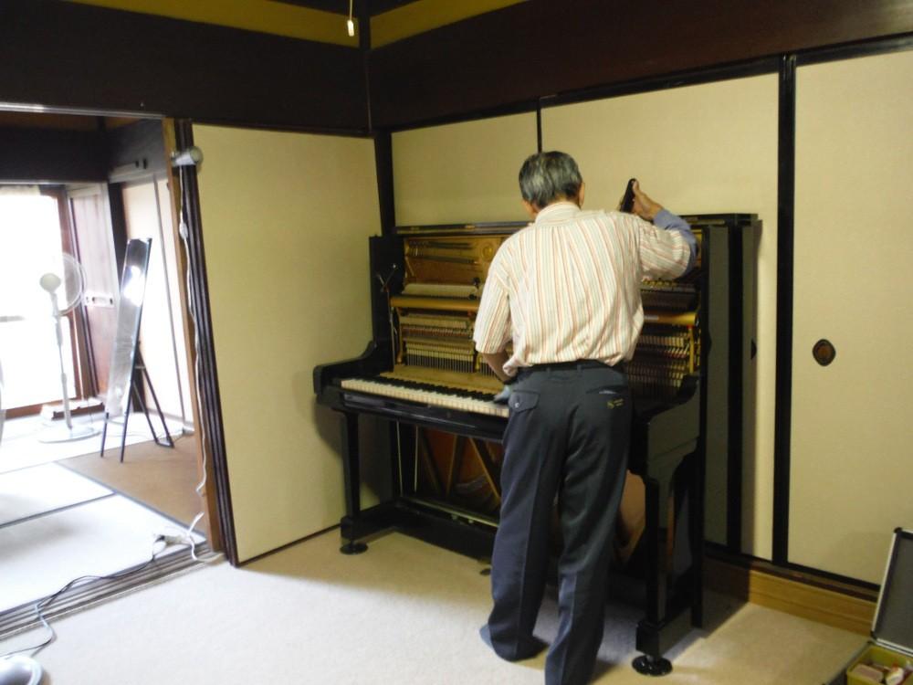当日、ピアノ調律師の井手さんに調律をお願いしました。
