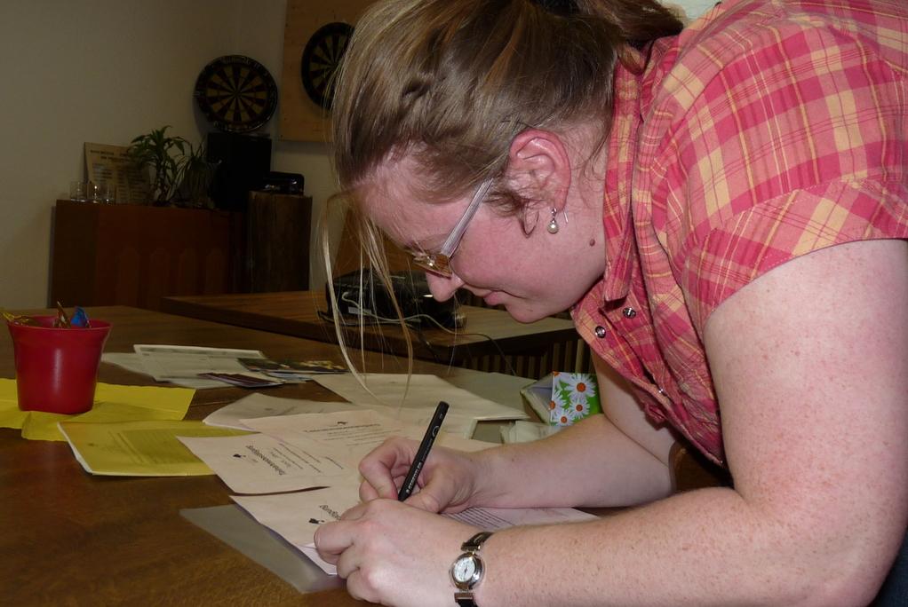 Letzte Vorbereitungen: Teilnahmebestätigungen unterschreiben