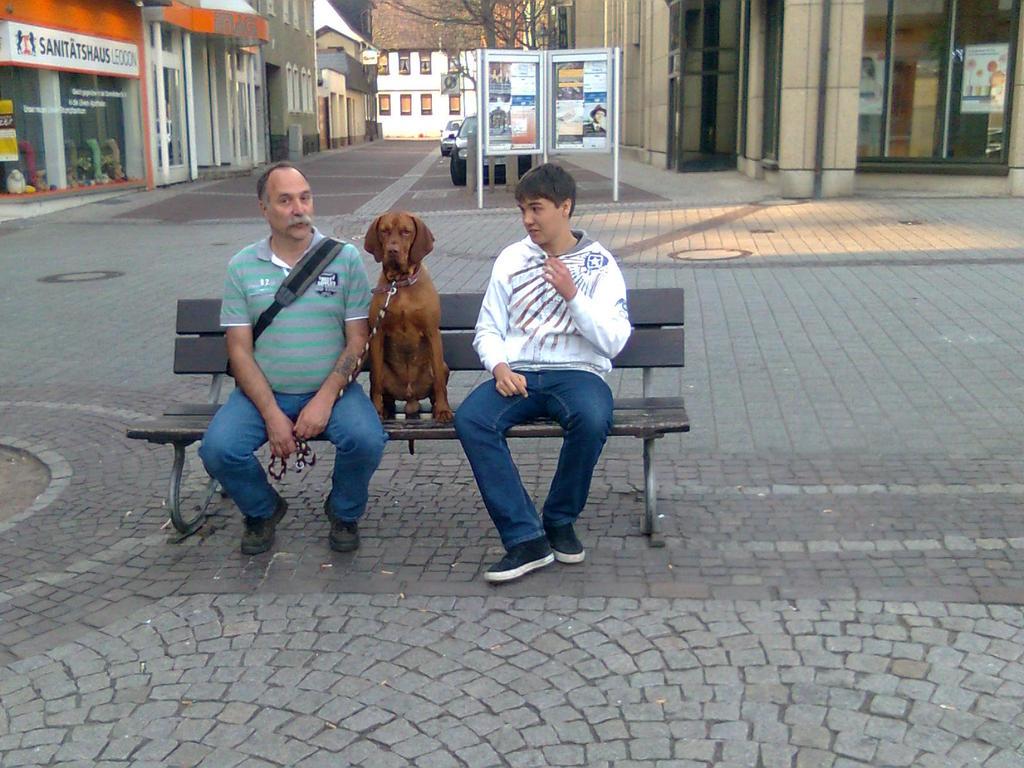 3 Männer warten auf Mitnahmegelegenheit
