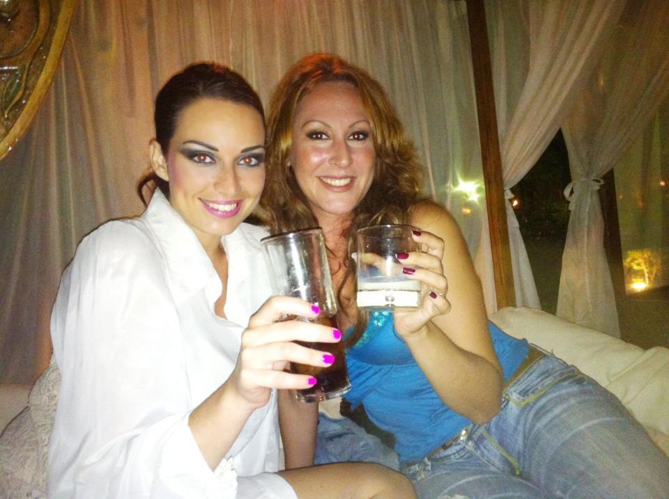 sara y su amiga Sandra Cabrera