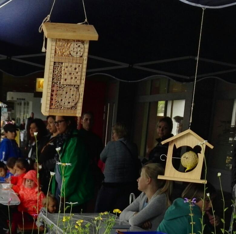 40 Vogelfutterstellen, 20 Wildbienenhäuser mit Kinder gebastelt
