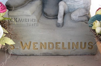 """Wendelinus-Statue; Inschrift """"C. Kaurisch"""" (= Carl Kaurisch)"""