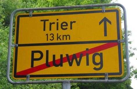 Hinweisschild Pluwig-Trier 13 km. Foto: Theophil Schweicher