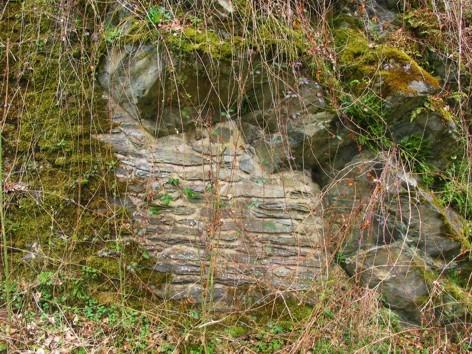 """Felssturzsicherung durch Untermauerung. Gefährliche Felspartien wurden mit Bruchsteinen """"untermauert""""."""