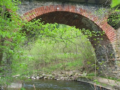 Pluwig. Krebsensbrücke. Ein Bogen aus Sandstein überbrückt die Ruwer. (Blick von Schöndorf aus)