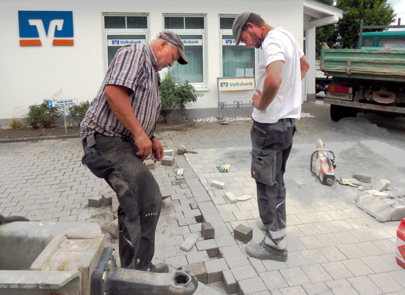 Brunnenstandort (nach Abtragung des Brunnens) wird eingeebnet und gepflastert (28. Aug. 2020)