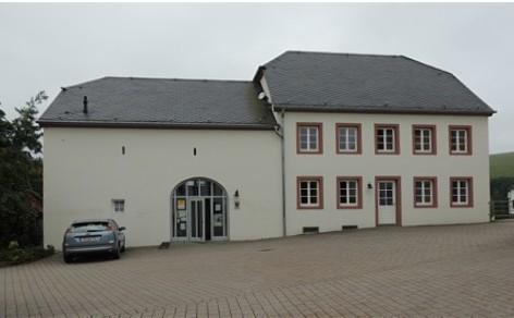 Pluwig. Kirchplatz. Modernisiertes Quereinhaus. Johannesberghaus.