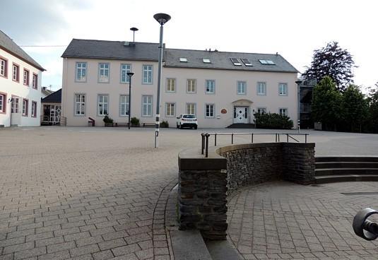Pluwig. Kirchplatz. Die ehemalige Schule (1806) mit Anbau (heute Kindergarten).
