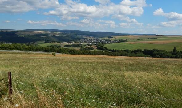 Pluwig. Blickrichtung von Nord nach Süd. Die landwirtschaftlich genutzten Flächen im Westen der Gemeinde Pluwig.