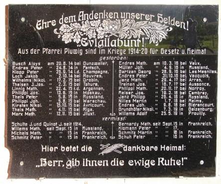Pluwig. Marmortafel mit den Namen der Gefallenen aus Pluwig im 1. Weltkrieg