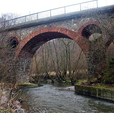 """Pluwig. Die Ruwer zwischen Pluwig und Schöndorf an der """"Krebsensbrücke""""."""