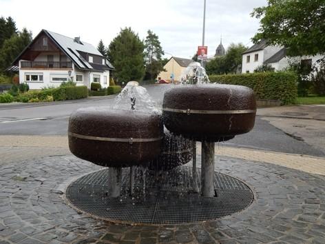 Ehemaliger Brunnen vor der Volksbank in Pluwig (Juni 2012)