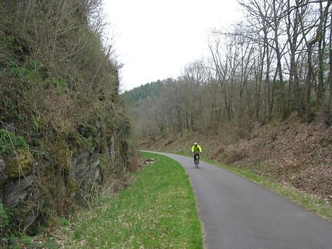 Die alte Bahntrasse wurde streckenweise in den Felsen gesprengt.