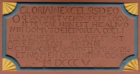 Pluwig. St. Johannes der Täufer. Tafel über dem Portal mit lateinischer Inschrift (Bibelvers; Matthias, 16) und Jahreszahl 1805.