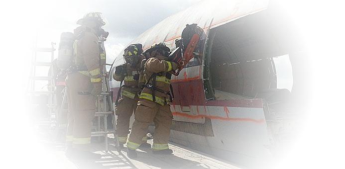 oefening bij het opensnijden van een vliegtuig door de brandweer met een diamantzaagblad rescue van prodito met een benzine doorslijper