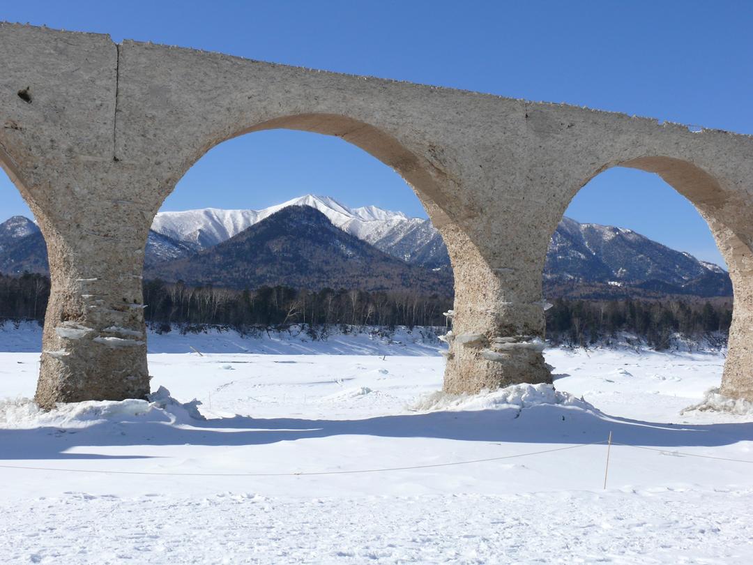 タウシュベツ川橋梁から見える冬の山