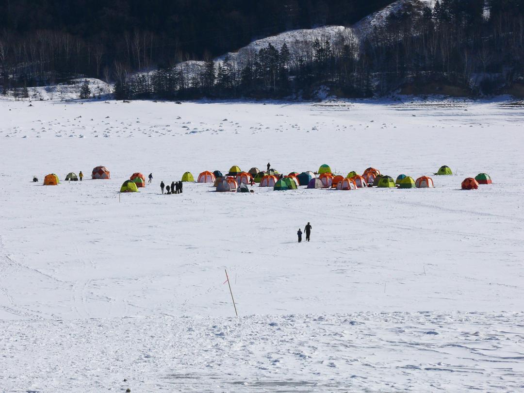 糠平湖のワカサギ釣りテント群