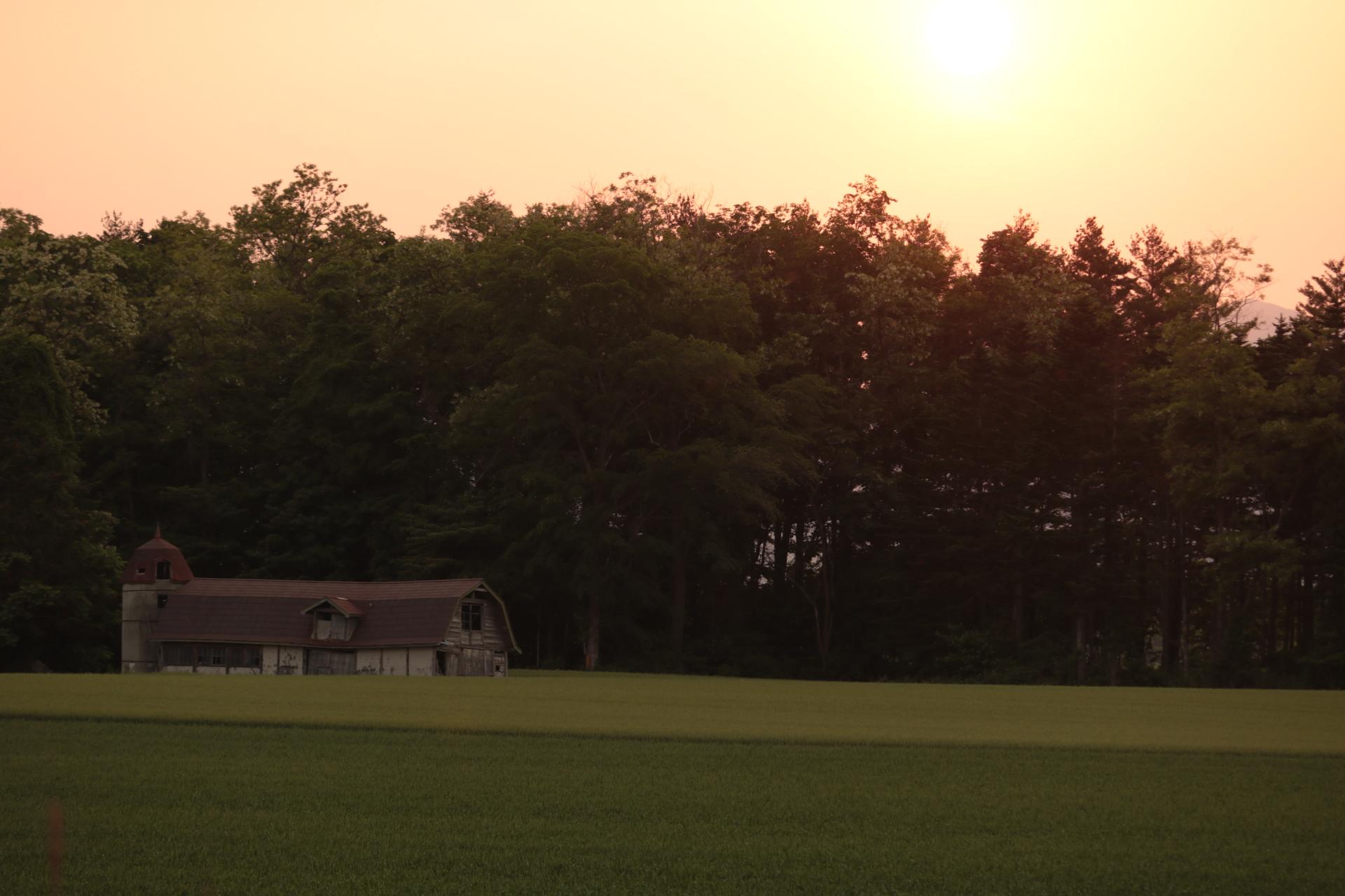 夕日と納屋