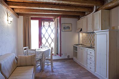 Piastrelle gialle cucina cucina con piastrelle di vietri per cerca google cucine e with - Colore divano pavimento cotto ...