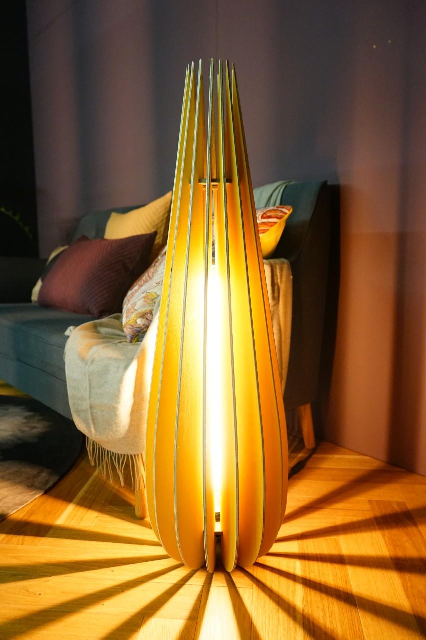 stehleuchte cono mit LED aus holz lamellen in gelb