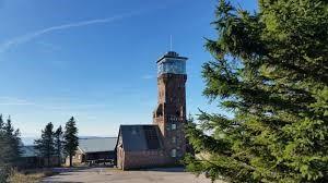 An der Südseite des Plateaus geht es jetzt weiter zum Hornisgrinde-Turm (Aufstieg 1 Euro).