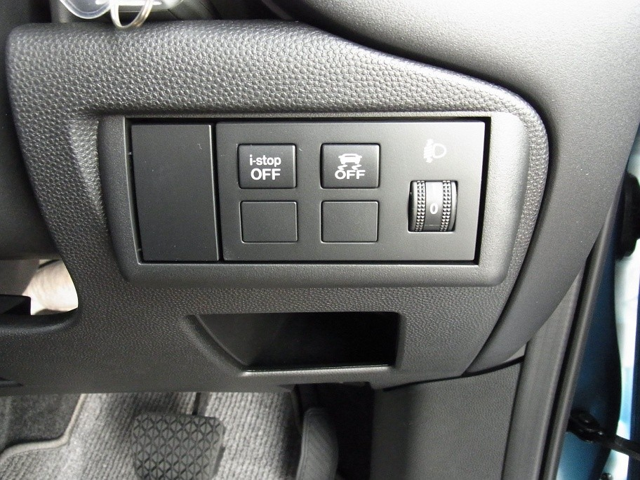 右から、ヘッドランプのレベライザー、横滑り防止装置キャンセルボタン、i-stopキャンセルボタン(クリックで拡大します)
