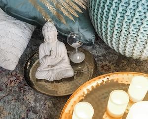 Wie es dir gefällt: Richte dir zu Hause eine Yoga-Ecke her für dein Retreat. Selbstfürsorge tut sooo gut!