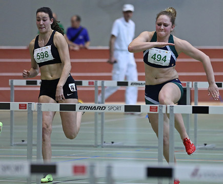 Leonie Neff (links) läuft Bestleistung im Hürdensprint