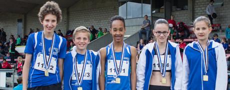 Die Mixed-Staffel Gold U14 mit Eliseo Weber, Adrian Mathis, Yannick Rohrer, Fiona Binder und Nora Tschuor