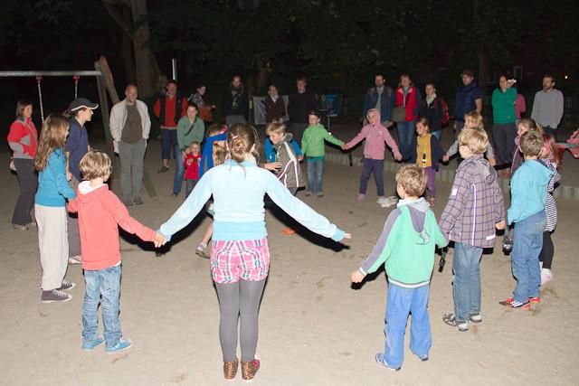 Spielend erfahren die Kinder, wie Fledermäuse mittels Echoortung Insekten jagen.