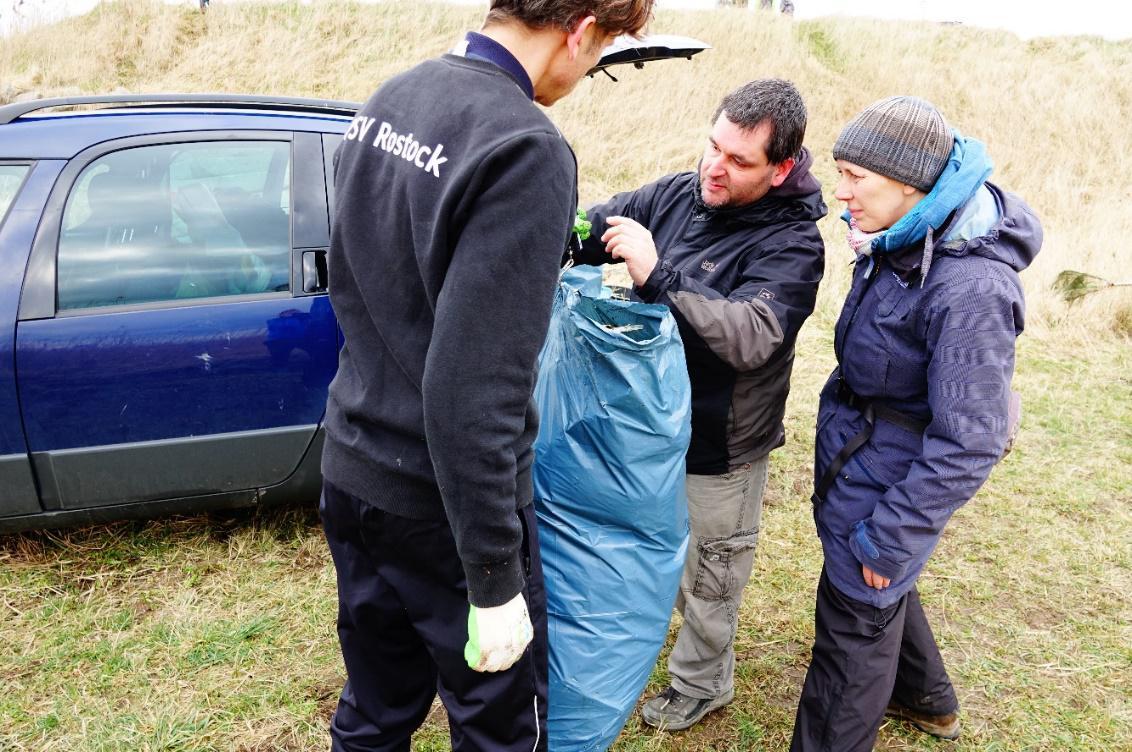 Die gefüllten Müllsäcke wurden gewogen und protokolliert