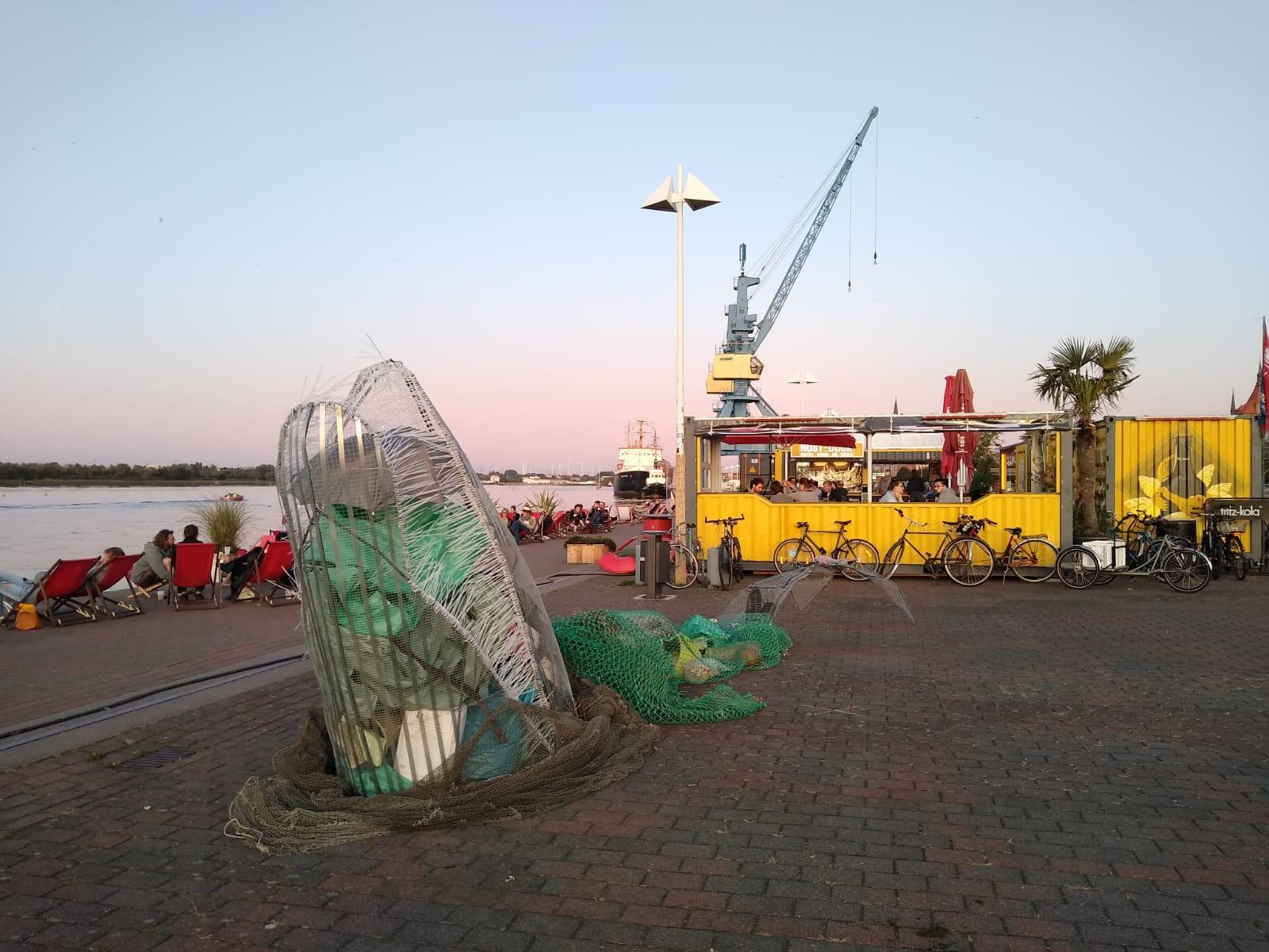 Aus Teilen des Mülls entstand am Klimaaktionstag ein großer Mahnwal. Bildautor: Matthias Goerres