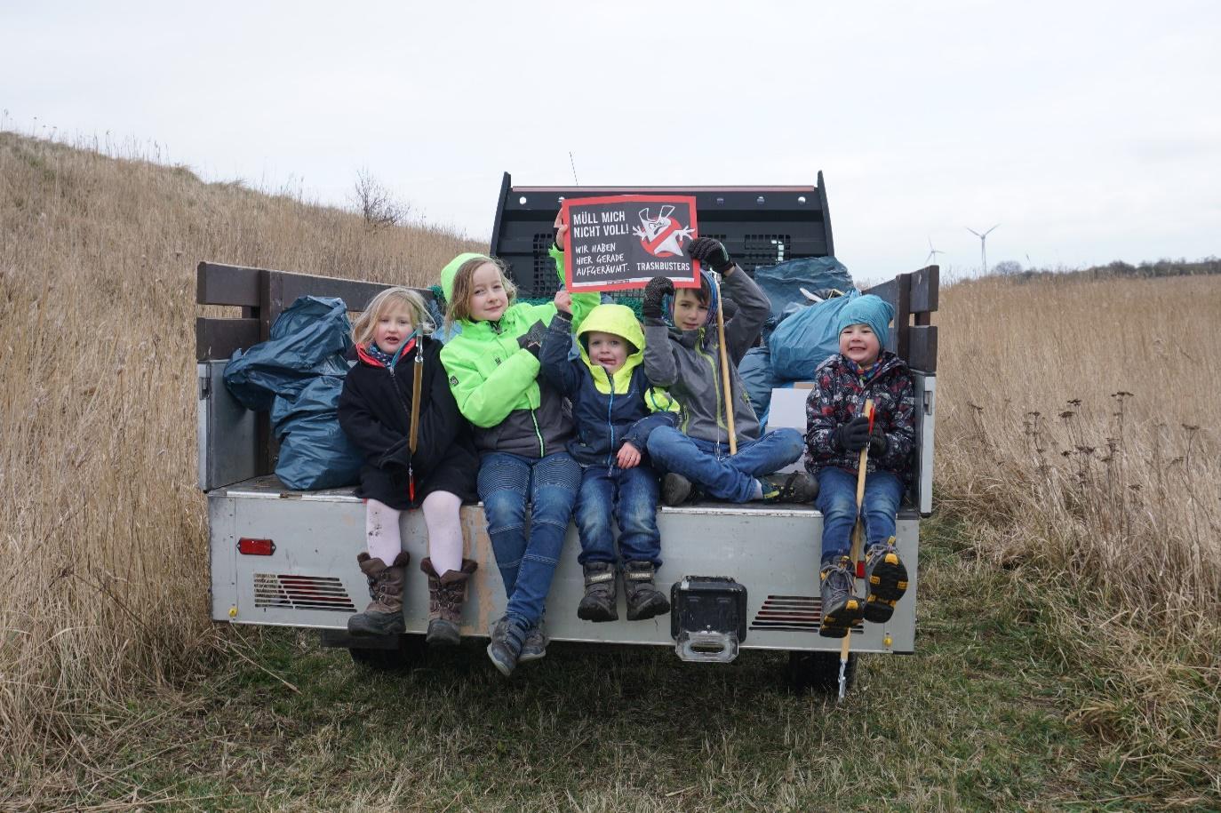 Zusammen sammelten 74 Menschen ca. 250 kg Müll und setzten so ein starkes Zeichen gegen die Verschmutzung von Warnow und Ostsee.