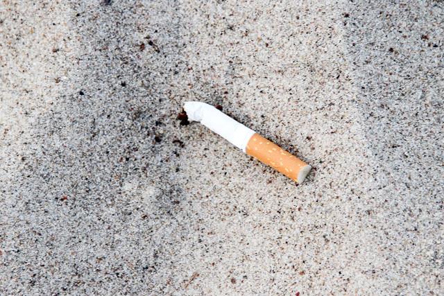 und noch ne Zigarettenkippe.