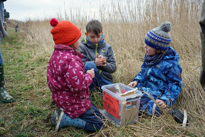Kuriose Fundstücke, wie Fischdosen aus DDR-Zeiten, wurden genau in Augenschein genommen