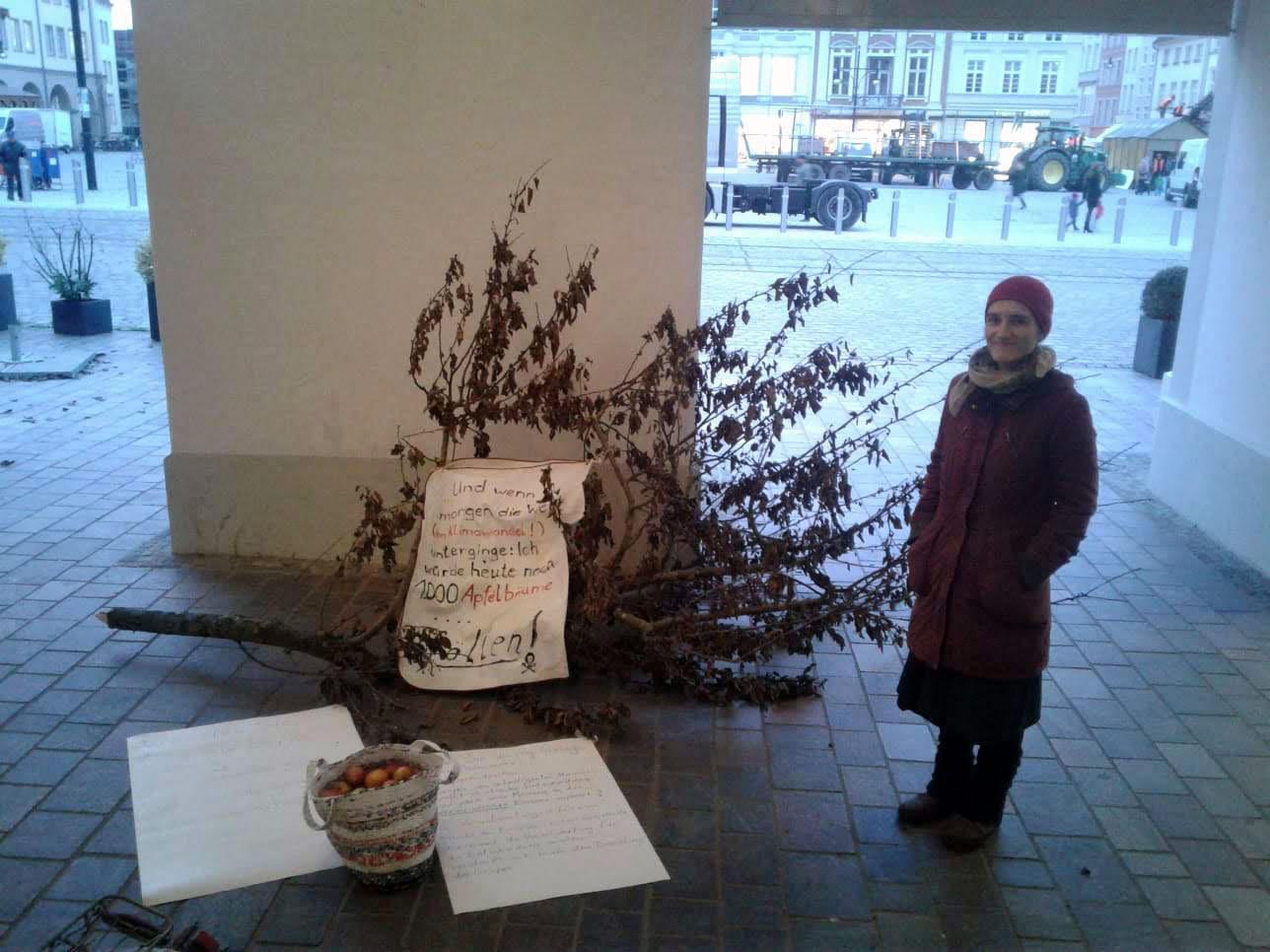 Wir protestieren vor dem Rathaus gegen Baumfällungen und Zerstörung von Gärten.