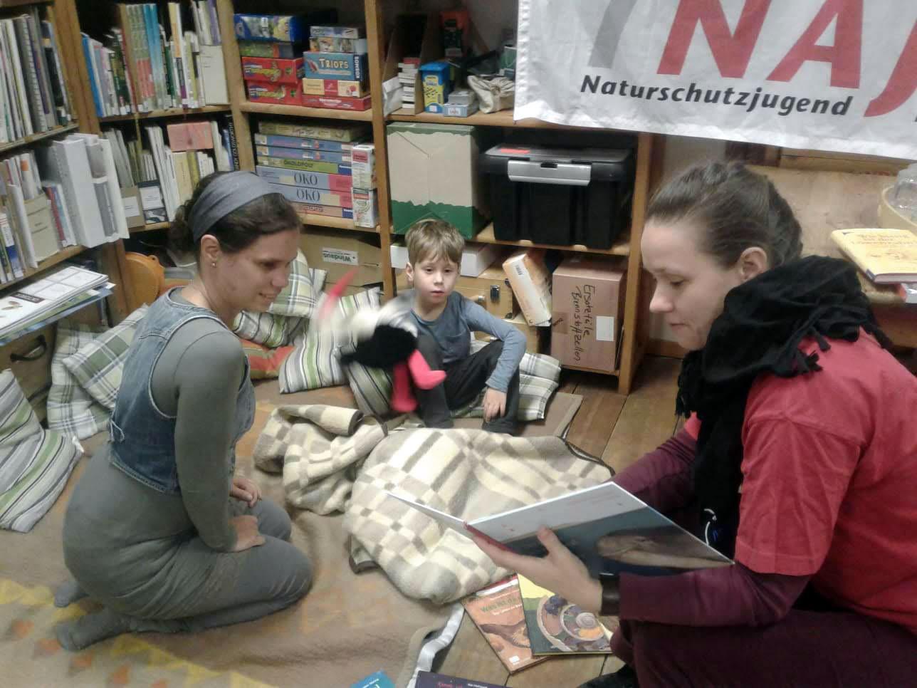 Wir lesen spannende Geschichten in der Umweltbibliothek.