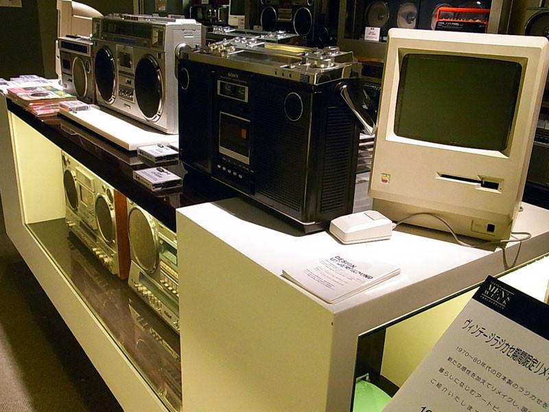 今回アップル・ジョブスの逝去を悼みオールドマックモニターを設置。コンテンツも製作しました。