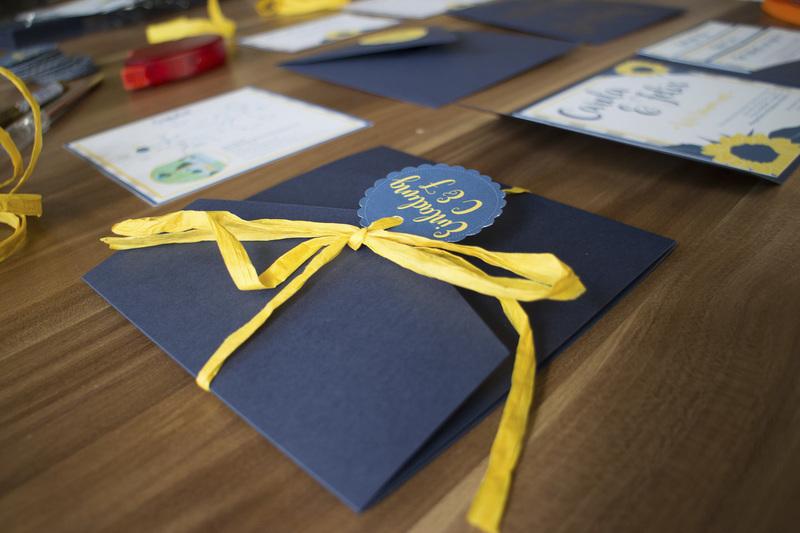 Gelber Naturbast hält die Einladungskarte zusammen