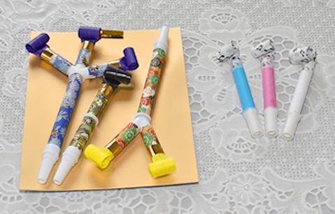 ▲玩具の吹き戻し(左)と口腔ケア用の吹き戻し(右)。どのような違いがある?