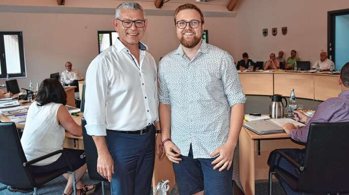 Bürgermeister Uwe Gaiser (l.) bedankte sich bei Daniel Birk für dessen Engagement im Jugendbeirat. ©Rüdiger Knie