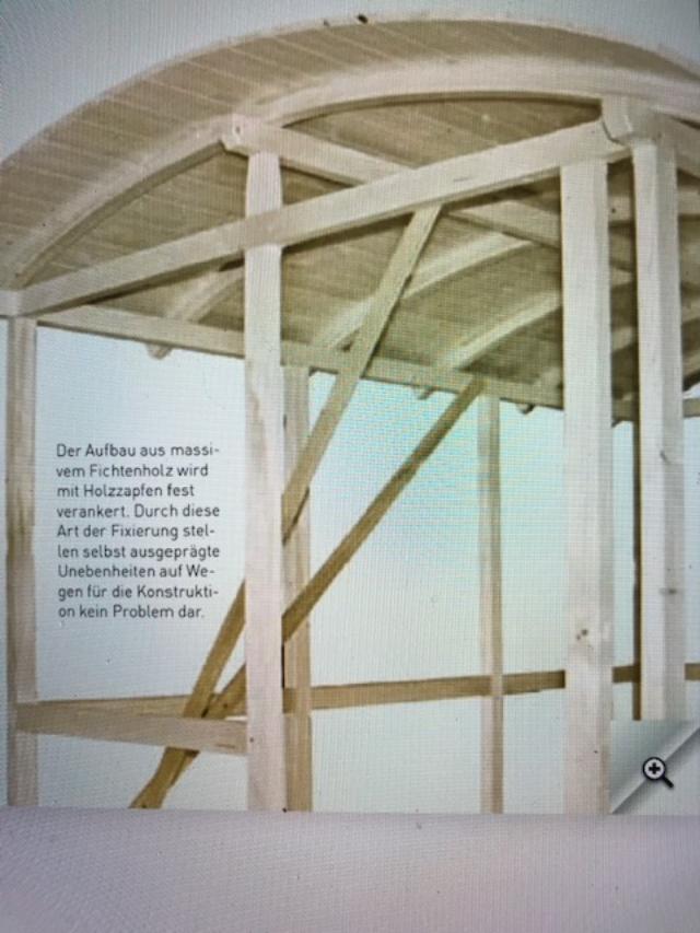 Der Aufbau aus massiven Fichtenholz wird mit Holzzapfen fest verankert.