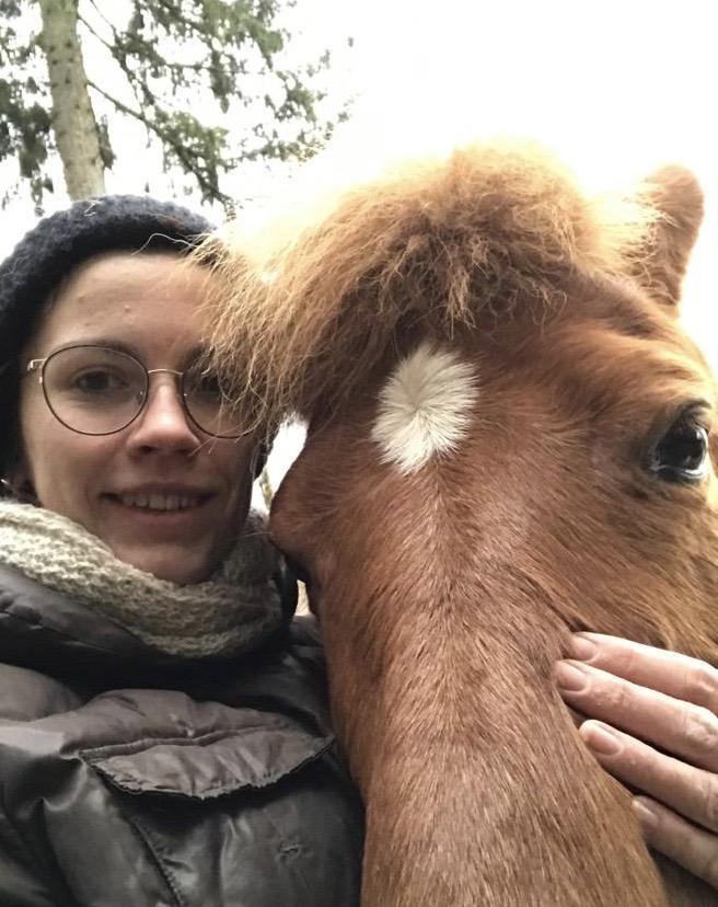 Bessa schmust mit meiner Tochter Johanna, die aus München zu Besuch ist.
