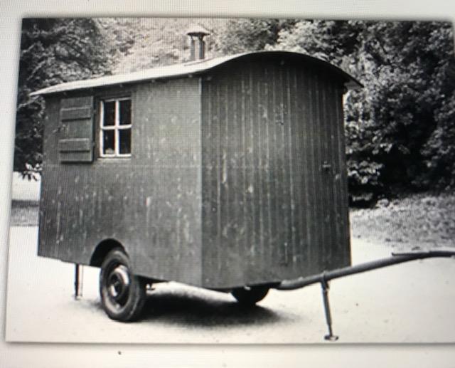 Bis zu acht Waldarbeiter konnten sich in diesen Wagen, von Gottlieb Haerlen handgefertigt, aufwärmen und ihre Brotzeit einnehmen.