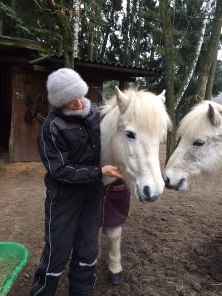 """Diese herrliche Mütze mit dem Schalkragen ist unwahrscheinlich warm. Sie wird vor allem immer kuscheliger und fluschiger. Sieht fast aus wie aus Angorawolle. """"Na meine Pferdchen, wie gefalle ich mit der Hera-Mütze""""?"""