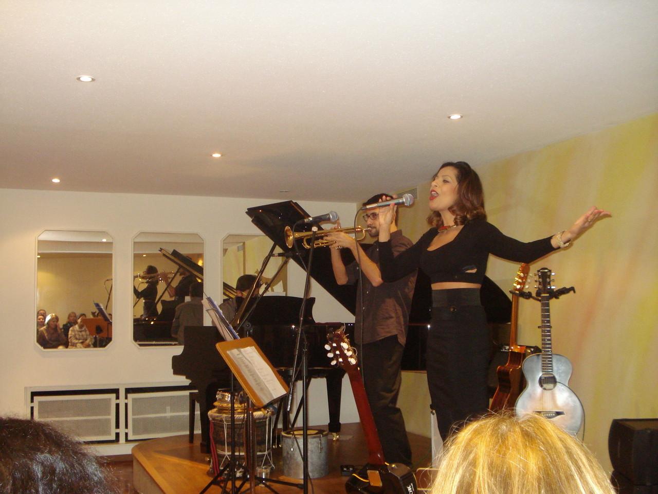 Christiane Ruvenal (cantora), Alex Almeida (piano) e Vinicius Azzolini (trompete)