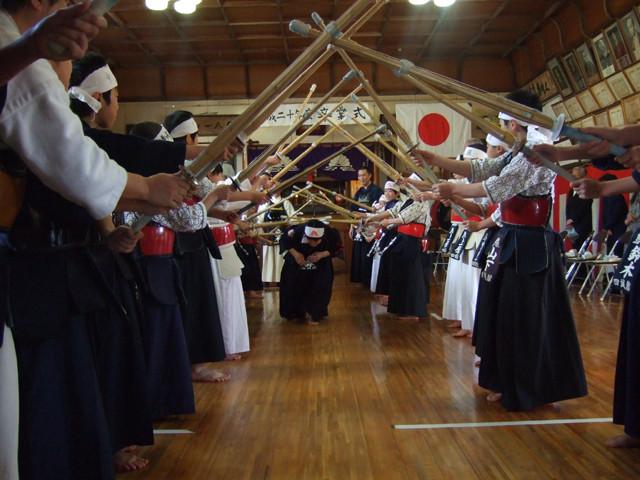 卒業式竹刀アーチ